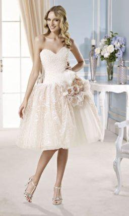 Эксцентричное свадебное платье с короткой пышной юбкой, украшенной бутонами.