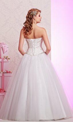 Шикарное свадебное платье пышного кроя, украшенное стразами по лифу.