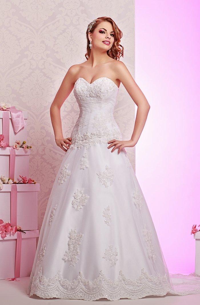 Фактурное свадебное платье с заниженной талией и лифом в форме сердца.