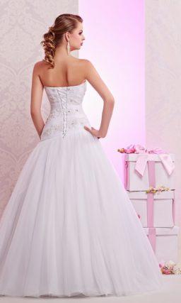 Деликатное свадебное платье с заниженной талией и многослойным воздушным низом.