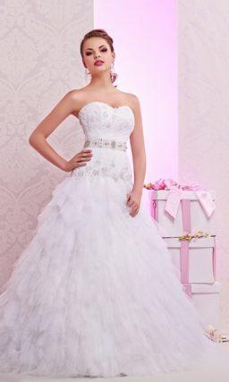 Кокетливое свадебное платье с вышивкой по лифу и пышными оборками по всему подолу.