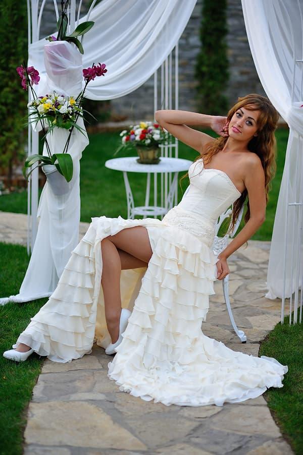 Открытое свадебное платье-трансформер с юбкой, покрытой оборками.