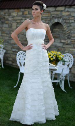 Свадебное платье «рыбка», декорированное нежными оборками по всей длине.