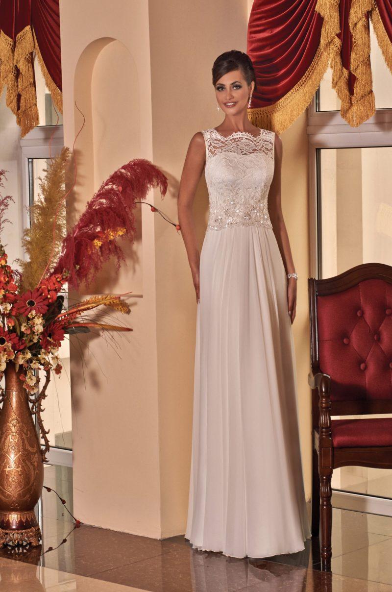 Прямое свадебное платье с изящным верхом с фигурным вырезом, созданным кружевом.