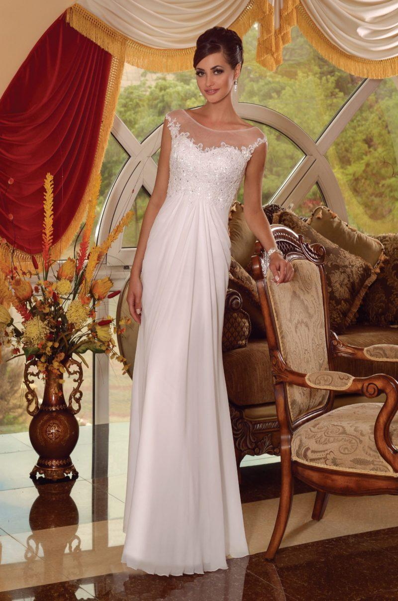 Прямое свадебное платье с кружевным лифом, оформленным тонкой вставкой, и вырезом сзади.