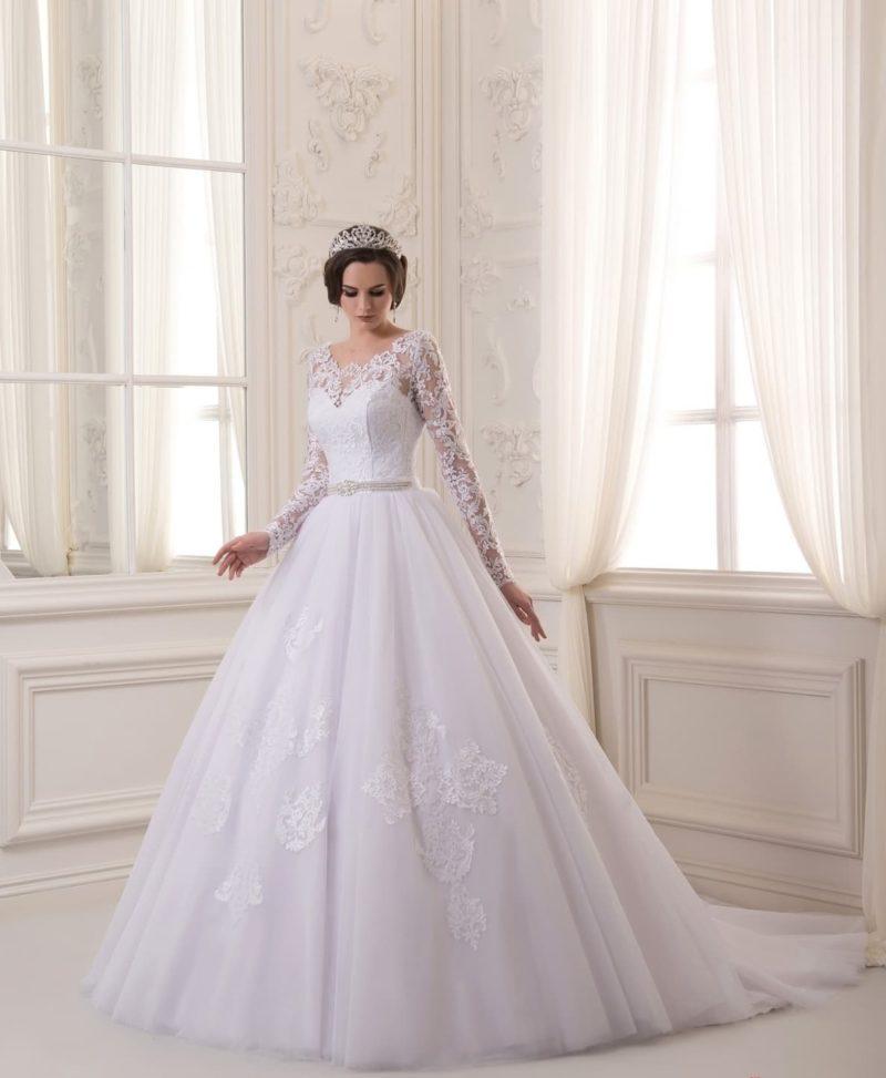 Эффектное свадебное платье с полупрозрачным рукавом и роскошной юбкой со шлейфом.