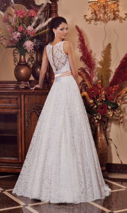 Пышное свадебное платье с кружевной юбкой и элегантным округлым декольте.