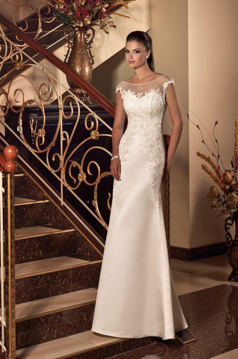 Глянцевое свадебное платье с коротким рукавом и объемным кружевом на корсете.