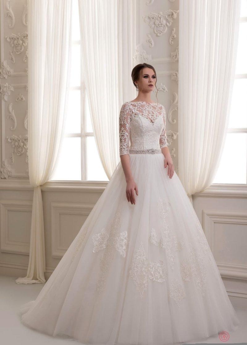 Закрытое свадебное платье с неповторимой пышной юбкой с длинным шлейфом.