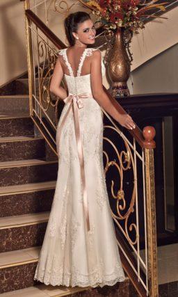 Прямое свадебное платье с кружевной отделкой и романтичным розовым поясом на талии.