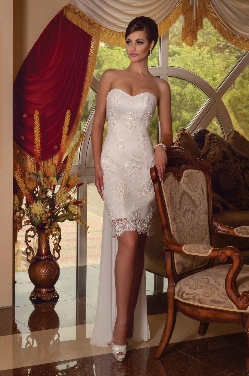 Свадебное платье-футляр с необычным шлейфом сзади и лифом-сердечком.