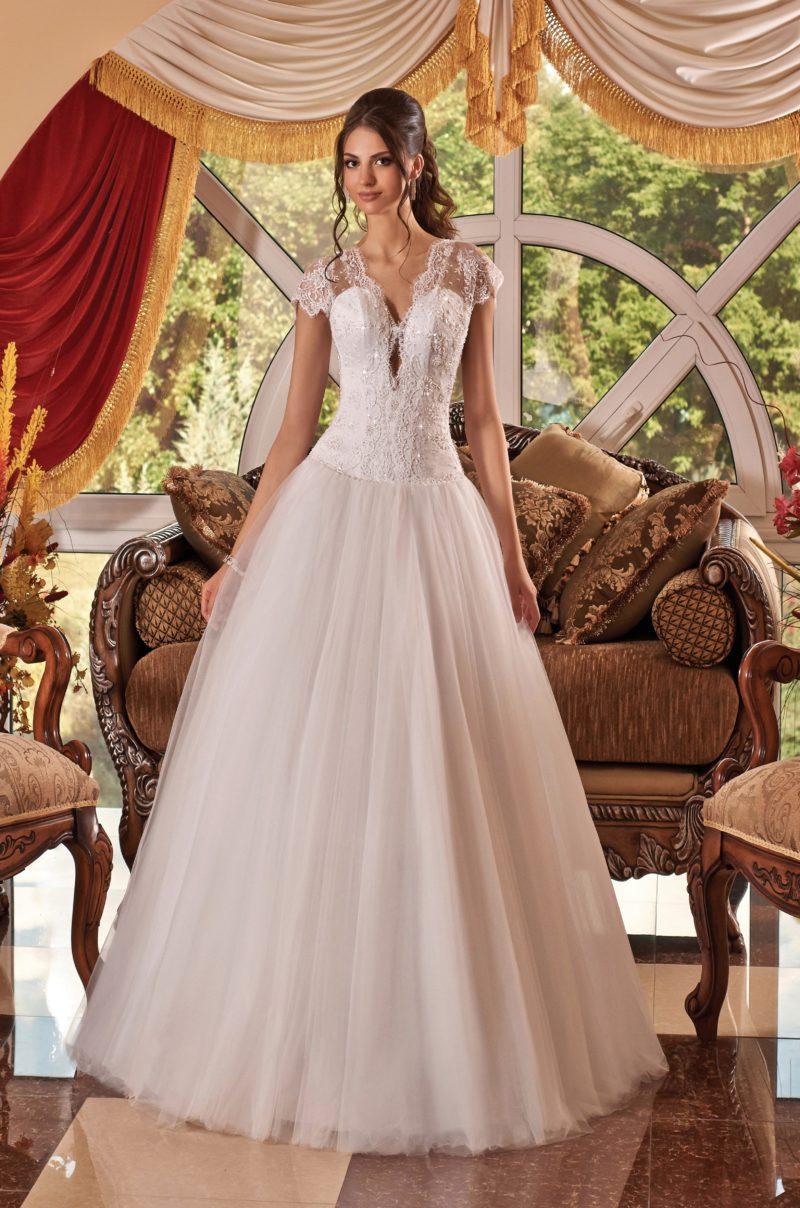Пышное свадебное платье с глубоким вырезом и декором из кружева с пайетками.