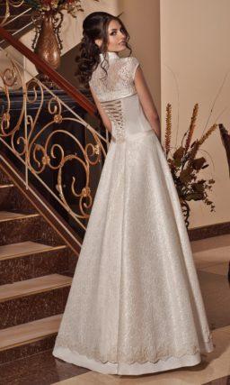 Глянцевое свадебное платье с коротким кружевным болеро и пышной юбкой.