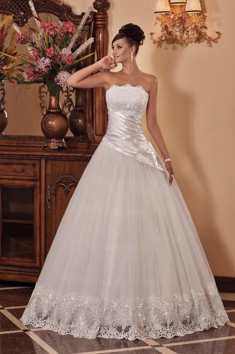 Пышное свадебное платье с атласным корсетом с драпировками и кружевным лифом.