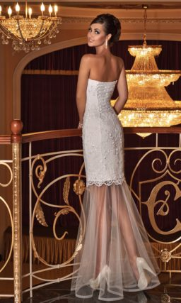 Атласное свадебное платье с полупрозрачной ниже коленей юбкой и открытым вырезом.