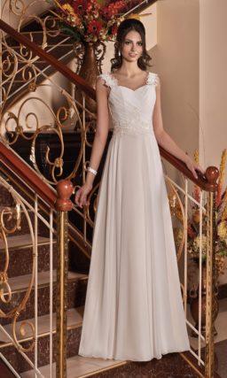 Прямое свадебное платье с кружевным корсетом с широкими ажурными бретелями.