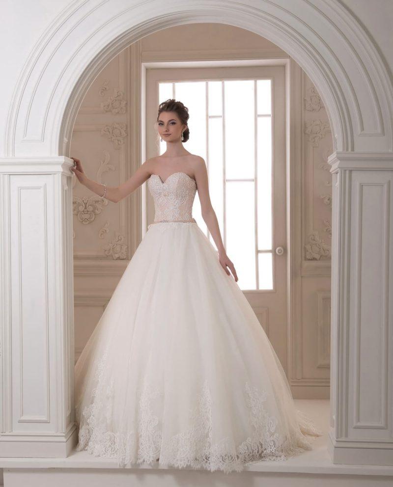 Пышное свадебное платье с корсетом пудрового оттенка, покрытым кружевом.