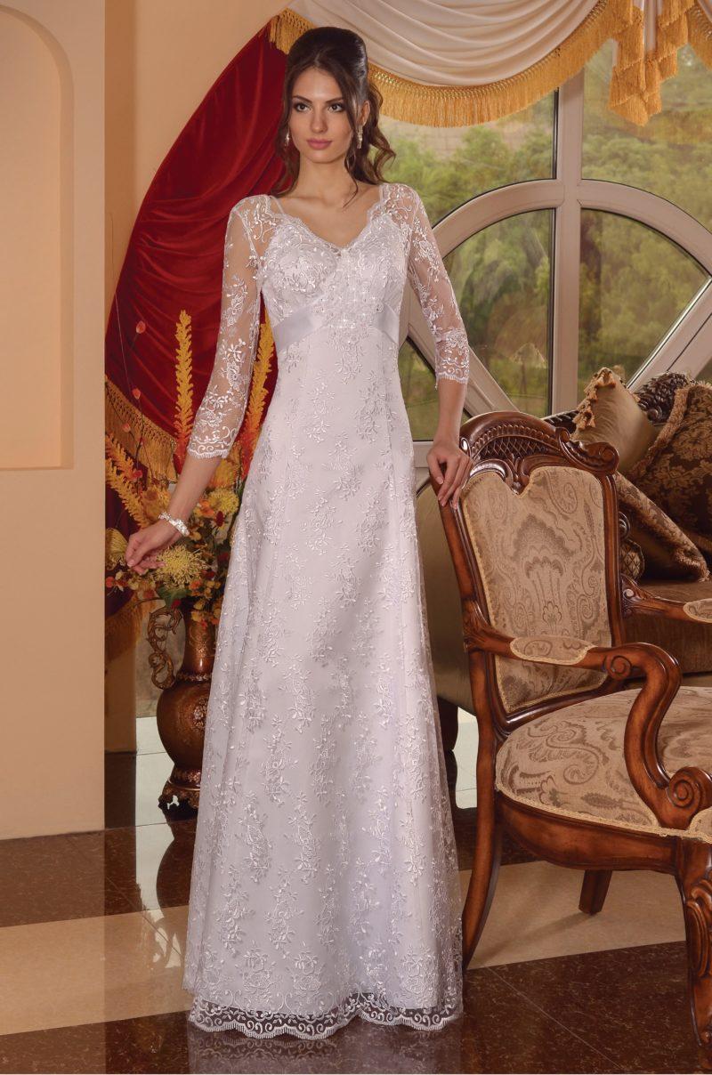 Свадебное платье с элегантной юбкой «трапеция» и тонким кружевным рукавом.