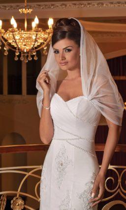 Оригинальное свадебное платье облегающего кроя с полупрозрачным капюшоном.