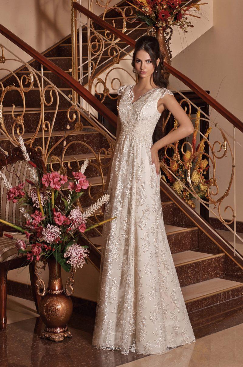 Кружевное свадебное платье в ампирном стиле, с небольшим V-образным декольте.