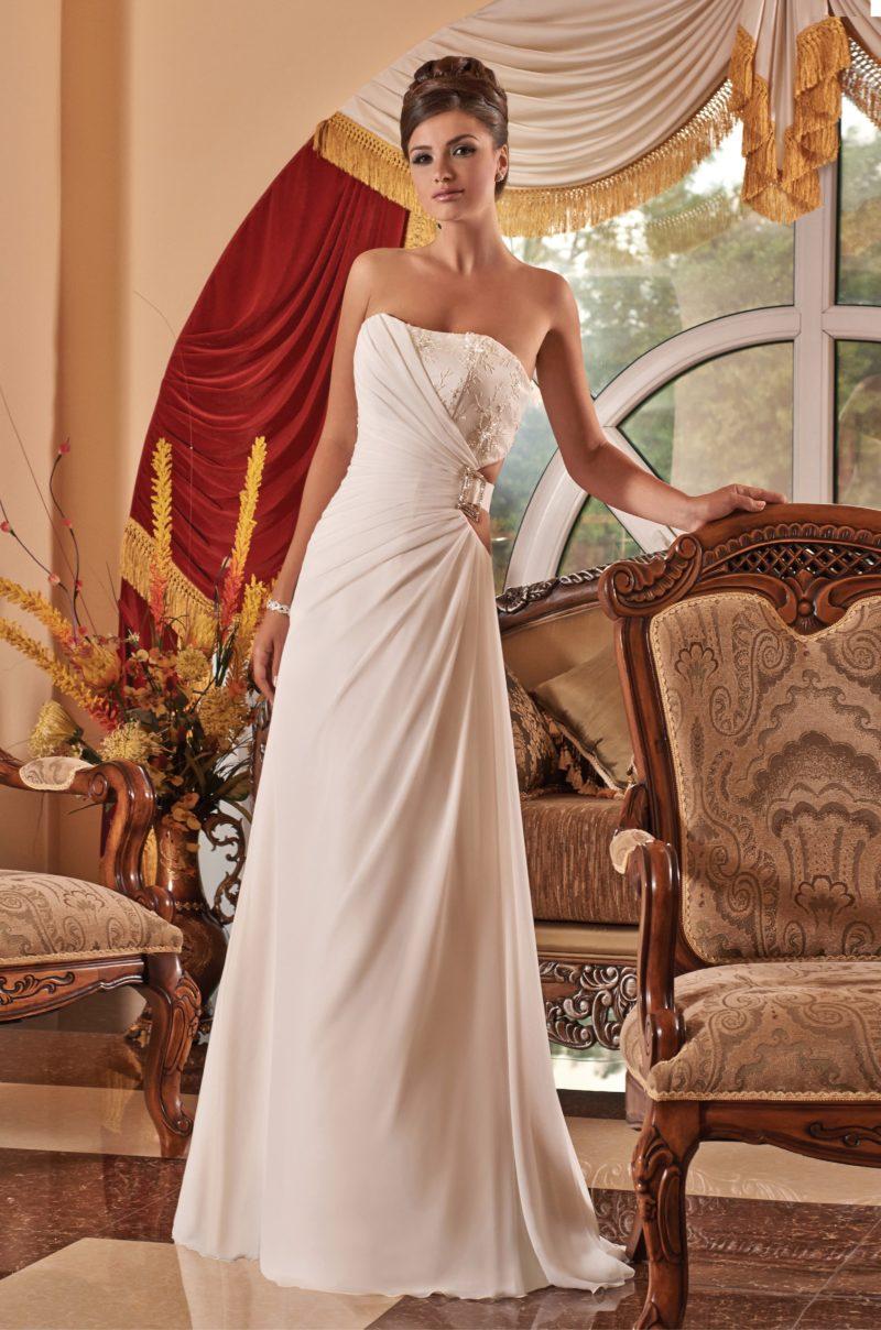 Свадебное платье с драпировками и романтичной вышивкой на лифе.