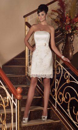 Короткое свадебное платье с лаконичным лифом и юбкой, оформленной кружевом.