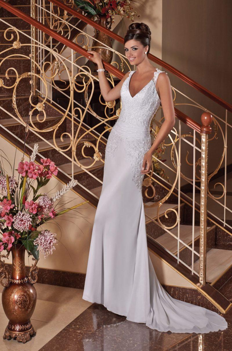 Прямое свадебное платье с деликатным шлейфом и фактурной вышивкой верха.