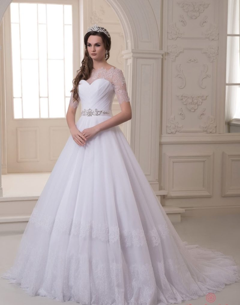 Элегантное свадебное платье с длинным шлейфом и рукавами из кружевной ткани.