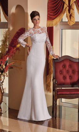 Закрытое свадебное платье прямого кроя с вырезом под горло и кружевным рукавом.