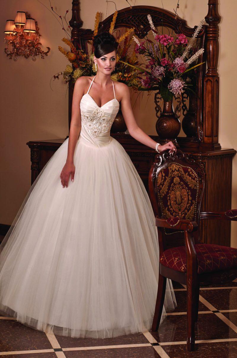 Воздушное свадебное платье с узкими бретелями и вышивкой на атласном корсете.