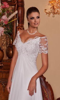 Прямое свадебное платье с коротким рукавом из кружева и широким декольте.