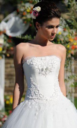 Пышное свадебное платье с изысканным бисерным декором на корсете.