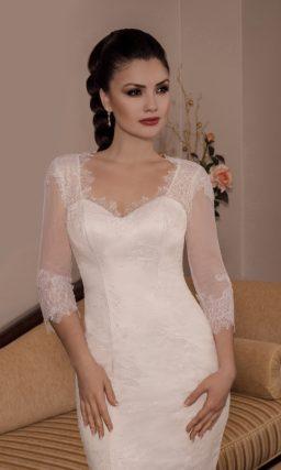 Облегающее свадебное платье с вырезом «замочная скважина» сзади и длинным рукавом.