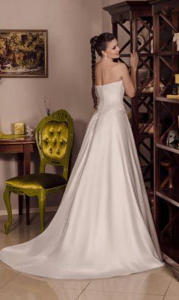 Изысканное свадебное платье с лифом в форме сердца, украшенным вышивкой по краю.