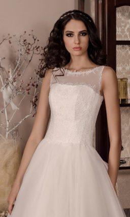 Белоснежное свадебное платье пышного силуэта, украшенное сзади атласным бантом.