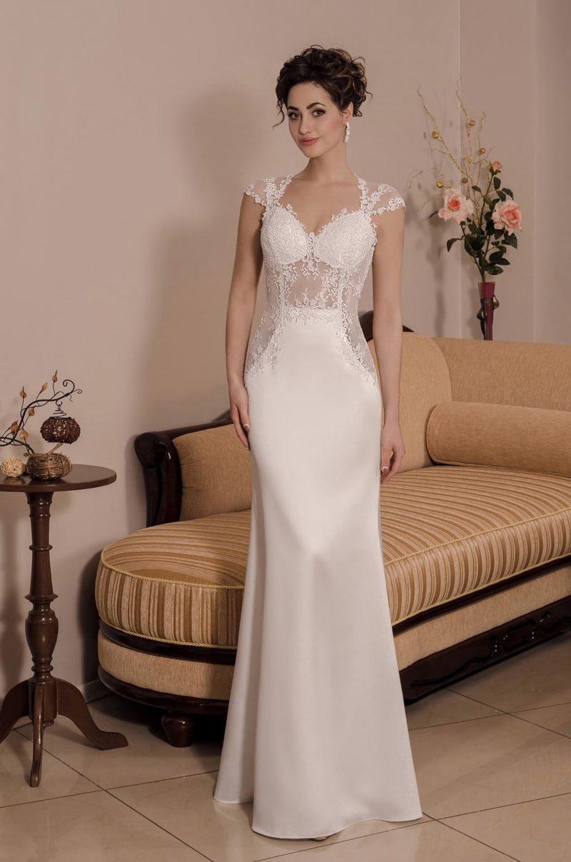 Облегающее свадебное платье с полупрозрачным корсетом и вырезом на спинке.