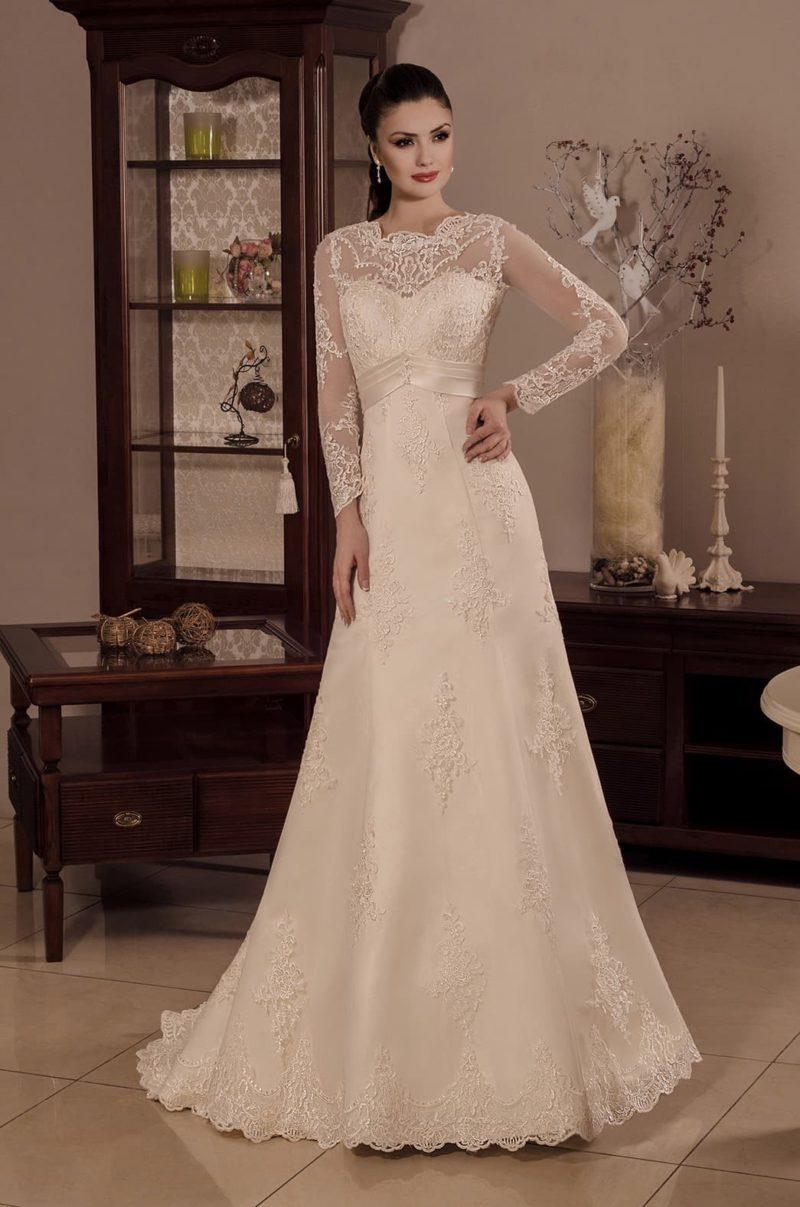 Свадебное платье цвета слоновой кости, с тонким рукавом и юбкой кроя «трапеция».