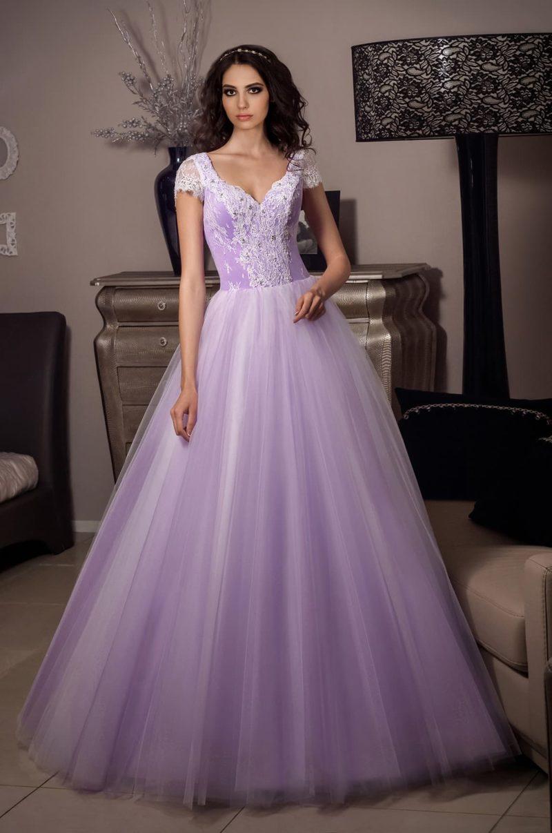 Лавандовое свадебное платье пышного кроя с верхом, оформленным кружевом.