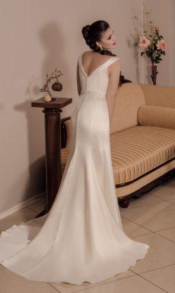 Свадебное платье цвета слоновой кости прямого кроя, с изящным декольте и узкими бретелями.