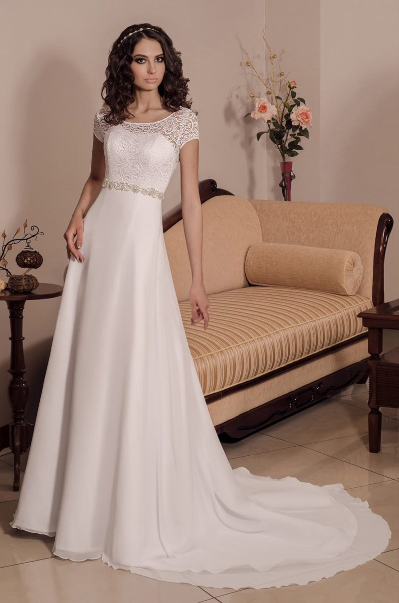 Свадебное платье «принцесса» с торжественным шлейфом и верхом из кружевной ткани.