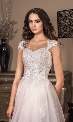 Чарующее свадебное платье с полупрозрачной многослойной юбкой и кружевными бретелями.