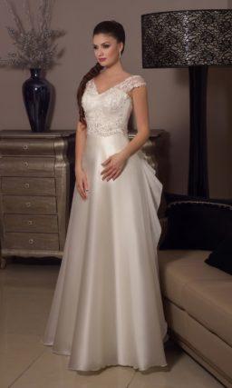 Прямое свадебное платье из атласной ткани, с кокетливым декором оборками сзади.