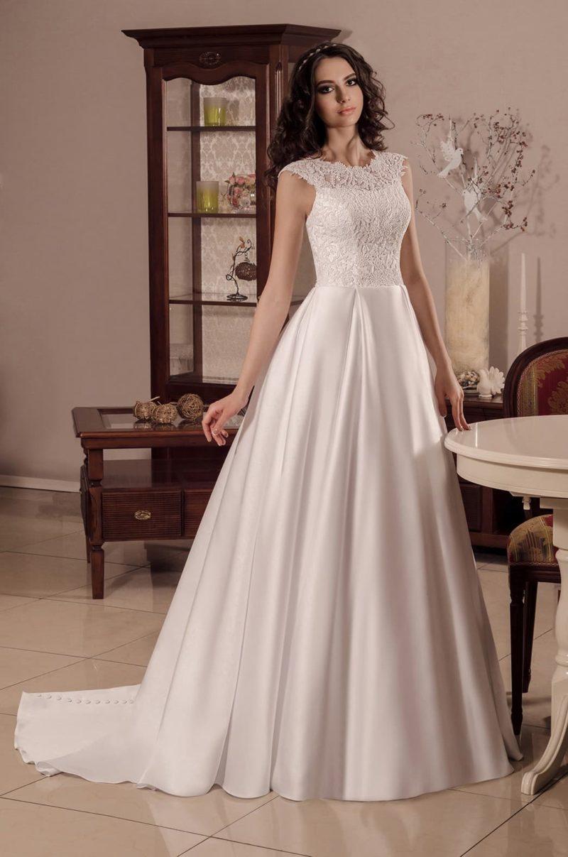 Атласное свадебное платье с небольшим шлейфом и короткими кружевными рукавами.