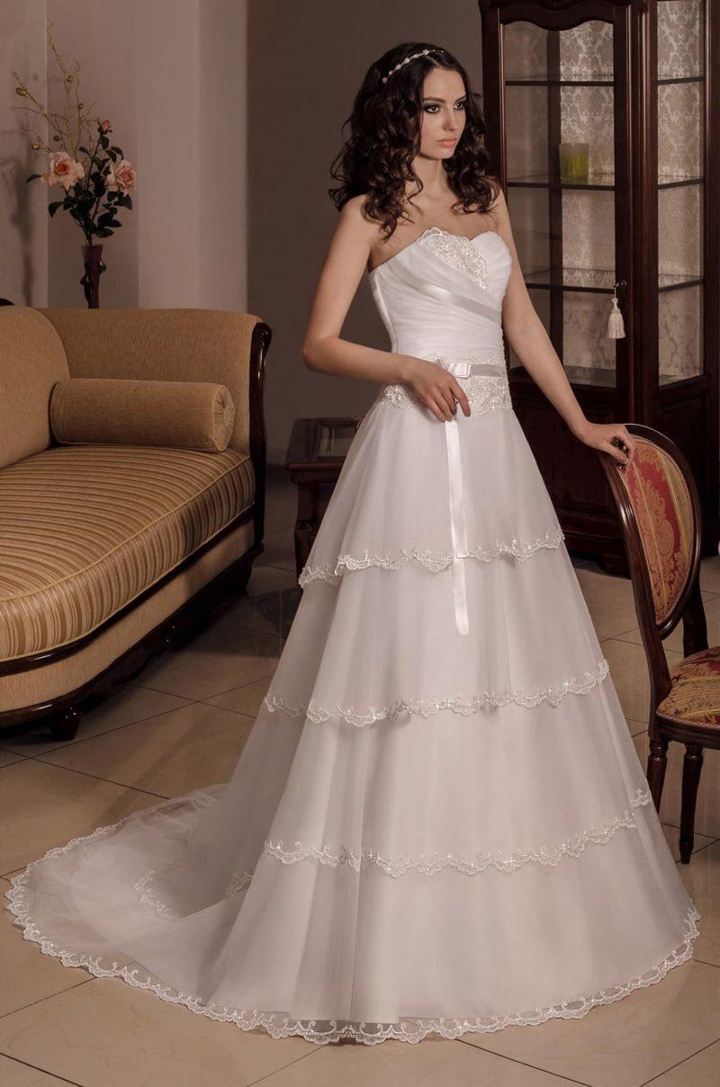 Стильное свадебное платье «принцесса», декорированное полосами глянцевого атласа.