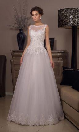 Свадебное платье с полупрозрачной спинкой с пуговицами и многослойным низом.