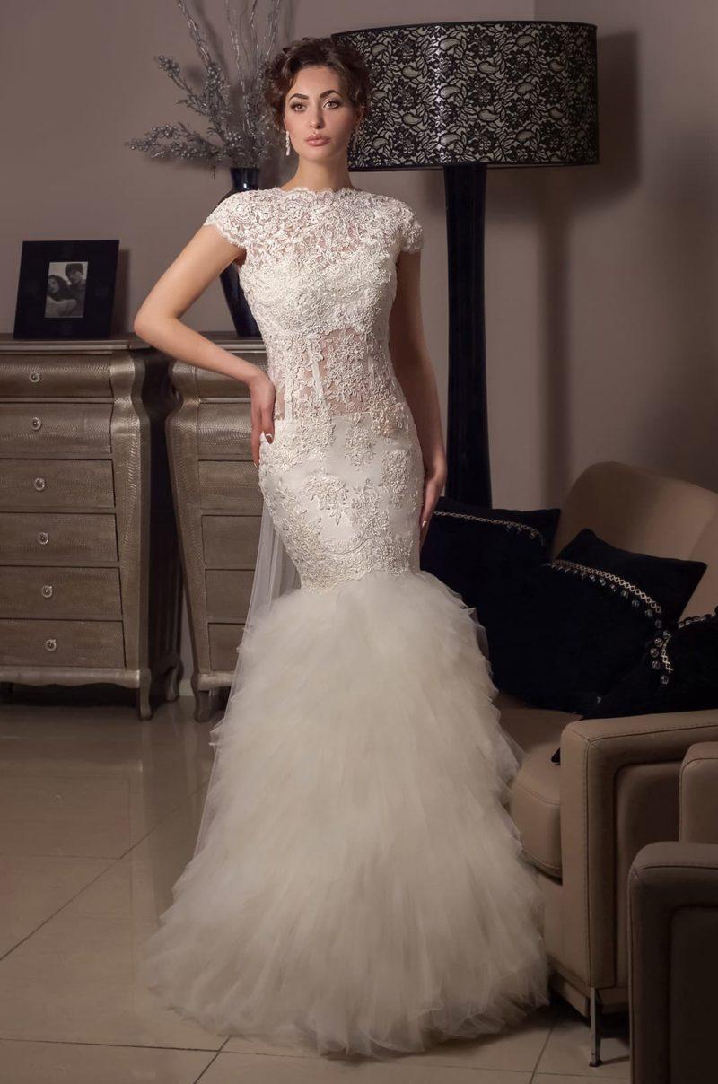 Закрытое свадебное платье из плотного кружева с кокетливой юбкой и вырезом на спине.