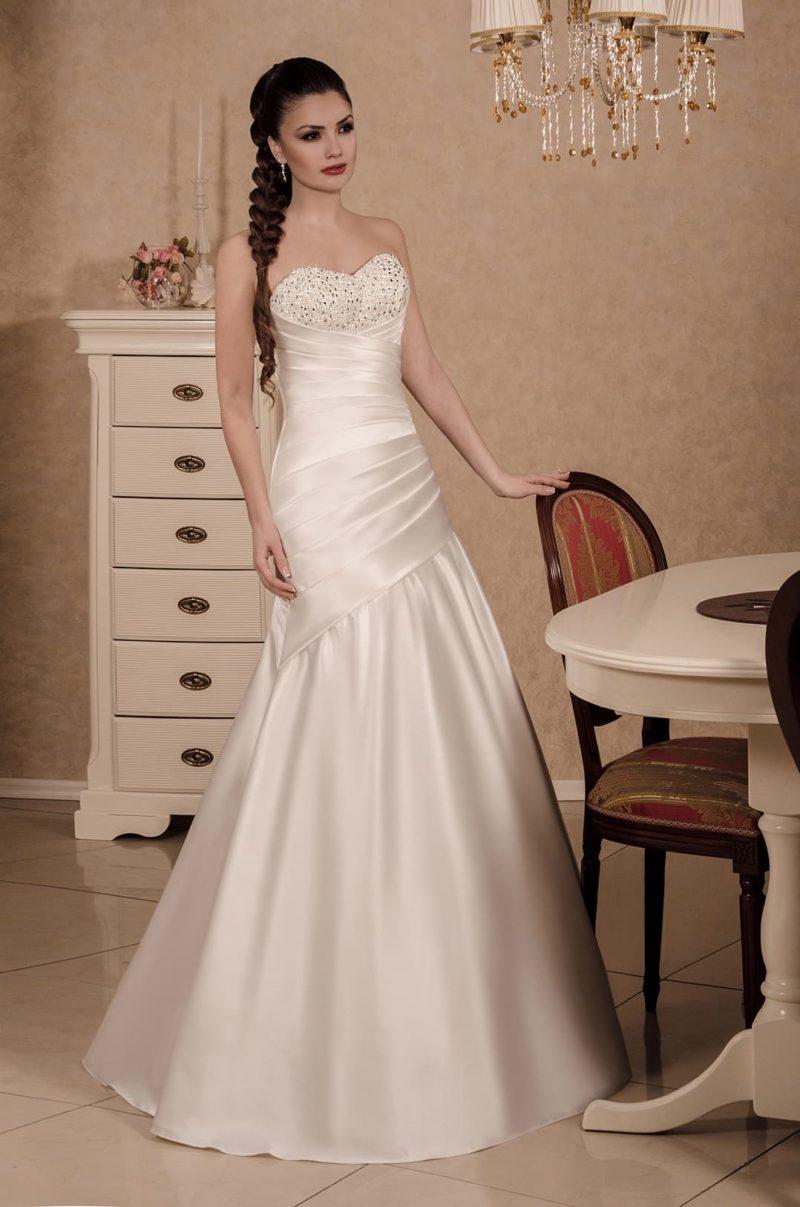 Соблазнительное свадебное платье «рыбка» с сияющей отделкой лифа.