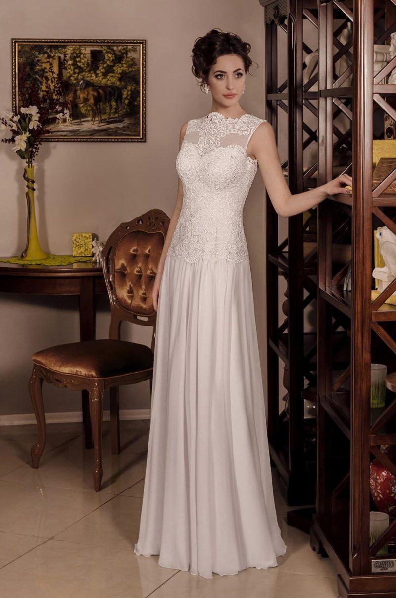 Деликатное свадебное платье прямого кроя с верхом, оформленным плотным кружевом.