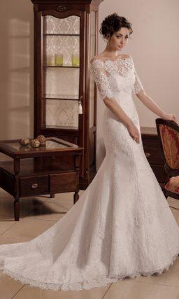 Чувственное свадебное платье «русалка» с фигурным портретным декольте с кружевом.