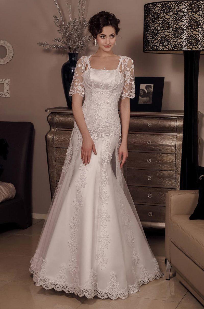 Атласное свадебное платье женственного кроя, с узкими бретелями и полупрозрачным болеро.